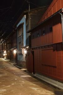 夜の金沢の町並み(ひがし茶屋街)の写真素材 [FYI02985005]