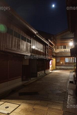夜の金沢の町並み(ひがし茶屋街)の写真素材 [FYI02985006]