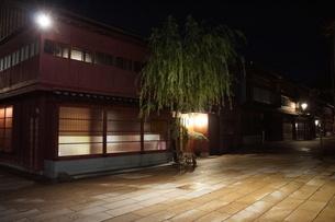 夜の金沢の町並み(ひがし茶屋街)の写真素材 [FYI02985009]