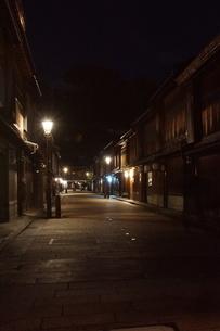 夜の金沢の町並み(ひがし茶屋街)の写真素材 [FYI02985011]