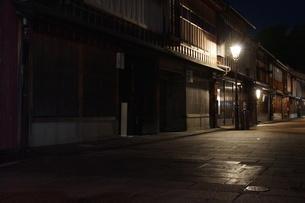 夜の金沢の町並み(ひがし茶屋街)の写真素材 [FYI02985012]