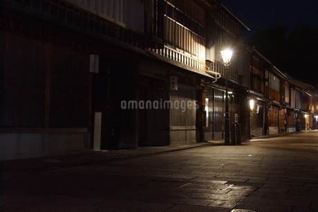 夜の金沢の町並み(ひがし茶屋街)の写真素材 [FYI02985013]