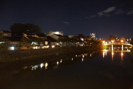 夜の金沢の町並みの写真素材 [FYI02985016]