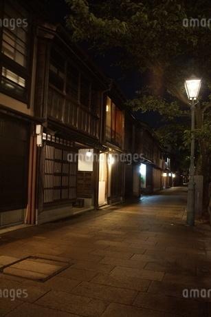 夜の金沢の町並み(ひがし茶屋街)の写真素材 [FYI02985021]