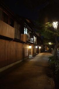 夜の金沢の町並み(ひがし茶屋街)の写真素材 [FYI02985025]