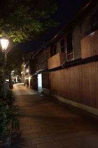 夜の金沢の町並み(ひがし茶屋街)の写真素材 [FYI02985026]