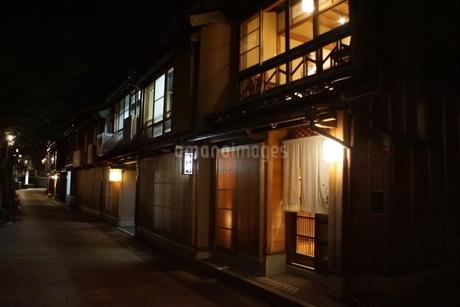 夜の金沢の町並み(ひがし茶屋街)の写真素材 [FYI02985027]