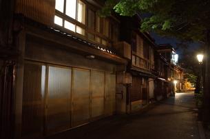 夜の金沢の町並み(ひがし茶屋街)の写真素材 [FYI02985028]
