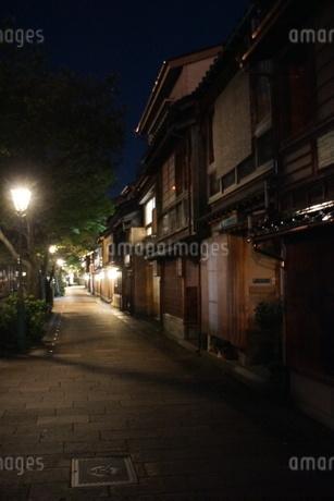 夜の金沢の町並み(ひがし茶屋街)の写真素材 [FYI02985029]