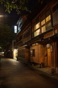 夜の金沢の町並み(ひがし茶屋街)の写真素材 [FYI02985030]