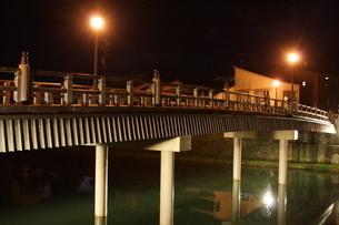 夜の金沢の町並み(ひがし茶屋街)の写真素材 [FYI02985031]