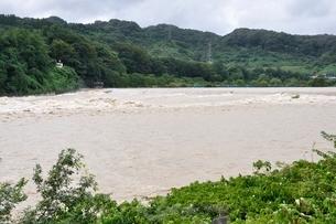 豪雨で増水した河川の写真素材 [FYI02985138]