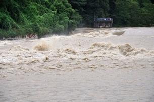 豪雨で増水した河川の写真素材 [FYI02985139]