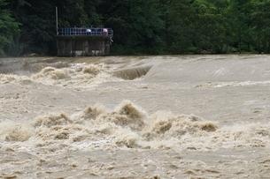 豪雨で増水した河川の写真素材 [FYI02985140]