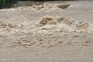 豪雨で増水した河川の写真素材 [FYI02985141]