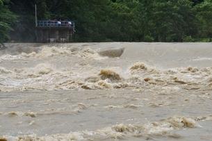豪雨で増水した河川の写真素材 [FYI02985142]