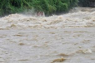 豪雨で増水した河川の写真素材 [FYI02985143]