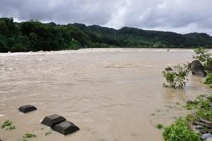 豪雨で増水した河川の写真素材 [FYI02985144]