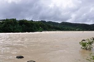 豪雨で増水した河川の写真素材 [FYI02985145]