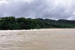 豪雨で増水した河川の写真素材 [FYI02985146]
