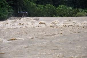 豪雨で増水した河川の写真素材 [FYI02985147]