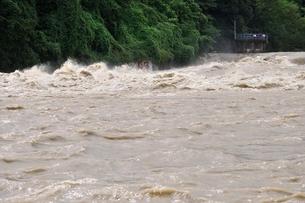 豪雨で増水した河川の写真素材 [FYI02985148]
