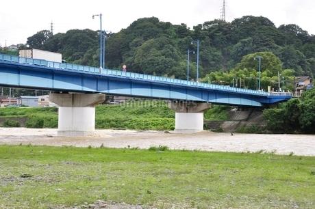 高田橋と増水した相模川の写真素材 [FYI02985149]