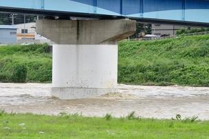 高田橋と増水した相模川の写真素材 [FYI02985150]