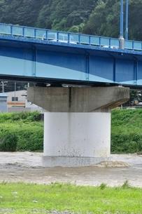 高田橋と増水した相模川の写真素材 [FYI02985151]