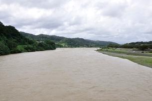 豪雨で増水した河川の写真素材 [FYI02985152]