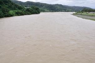 豪雨で増水した河川の写真素材 [FYI02985153]