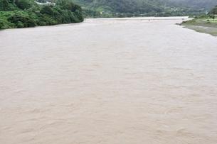豪雨で増水した河川の写真素材 [FYI02985154]