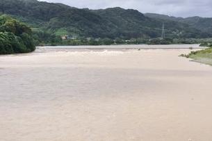 豪雨で増水した河川の写真素材 [FYI02985155]
