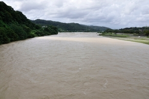 豪雨で増水した河川の写真素材 [FYI02985156]