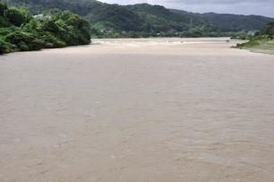 豪雨で増水した河川の写真素材 [FYI02985157]