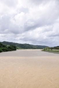 豪雨で増水した河川の写真素材 [FYI02985158]