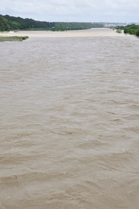 豪雨で増水した河川の写真素材 [FYI02985159]