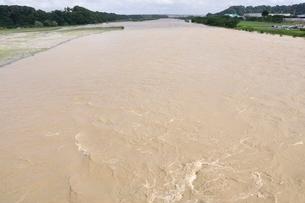 豪雨で増水した河川の写真素材 [FYI02985162]