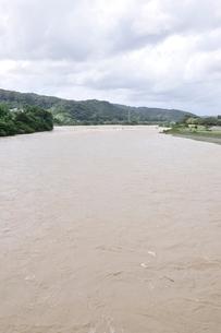 豪雨で増水した河川の写真素材 [FYI02985172]
