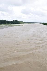 豪雨で増水した河川の写真素材 [FYI02985173]