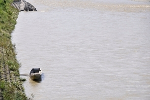 増水した川に係留された小船の写真素材 [FYI02985213]