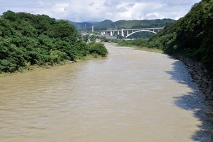 増水した河川の写真素材 [FYI02985214]