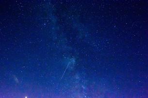 夏の夜空と銀河と流れ星の写真素材 [FYI02985279]