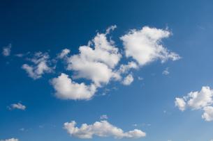 空に浮かぶ白い雲の写真素材 [FYI02985300]