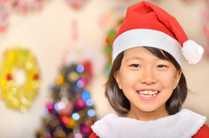 クリスマスパーティーを楽しむ女の子の写真素材 [FYI02985330]