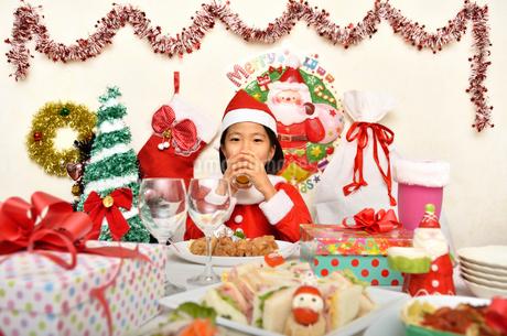 クリスマスパーティーを楽しむ女の子の写真素材 [FYI02985345]
