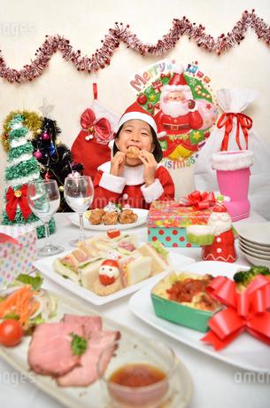 クリスマスパーティーを楽しむ女の子の写真素材 [FYI02985348]
