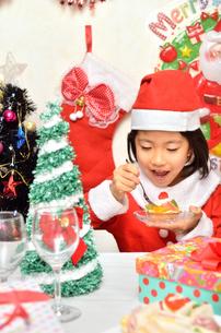 クリスマスパーティーを楽しむ女の子の写真素材 [FYI02985351]