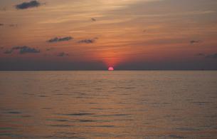 水平線に落ちる夕日の写真素材 [FYI02985531]