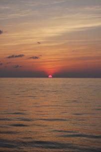 水平線に落ちる夕日の写真素材 [FYI02985532]